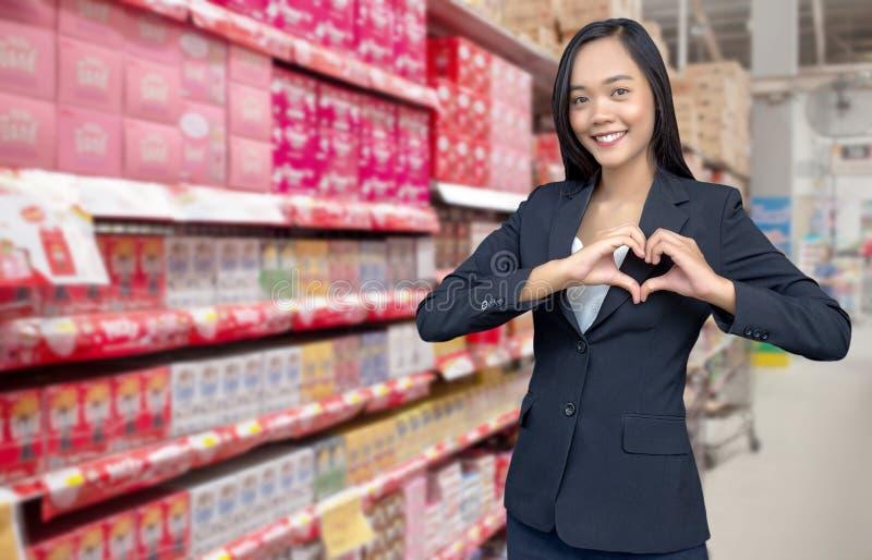 de Aziatische actie van de onderneemsterliefde maakt haardactie stock fotografie