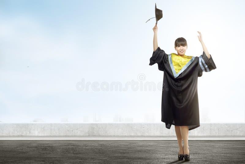 De Aziatische baret GLB van de vrouwenholding viert graduatie van universiteit royalty-vrije stock foto's