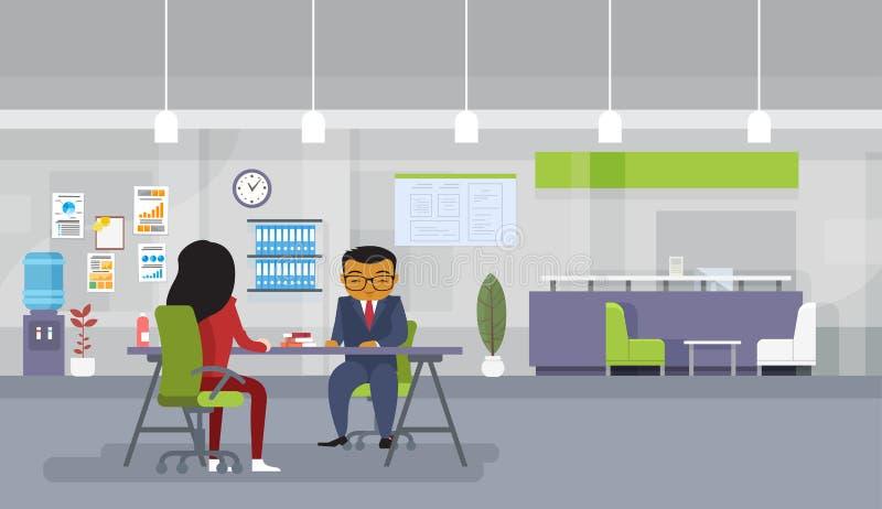 De Aziatische Bedrijfsman en Vrouwenvergadering of de van het Bedrijfs rekruteringsgesprek Mensen die bij Bureau zitten bespreken vector illustratie