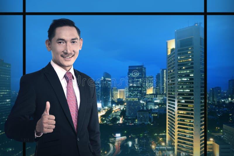 De Aziatische bedrijfsmens toont duim royalty-vrije stock afbeelding