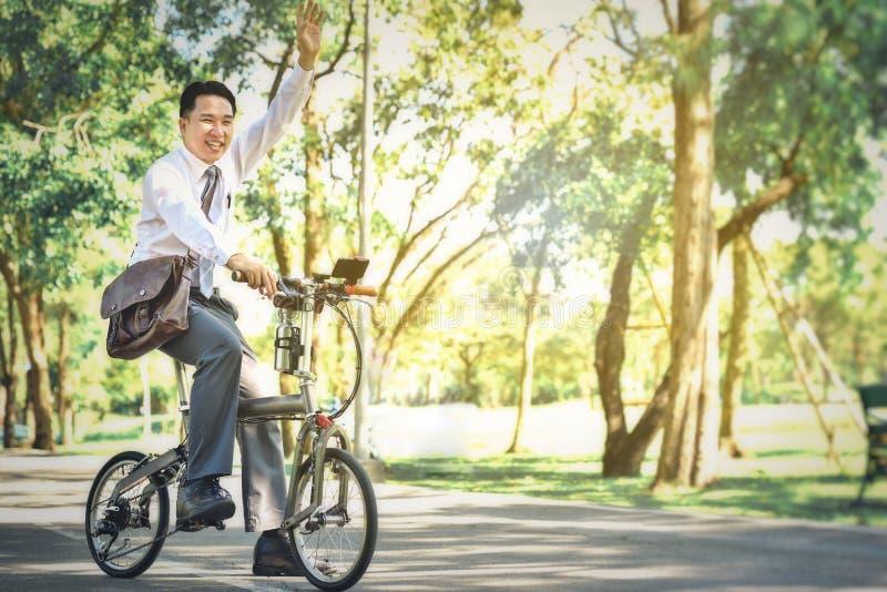 De Aziatische bedrijfsmensen gebruiken hun fietsen reizen om elk te werken stock fotografie