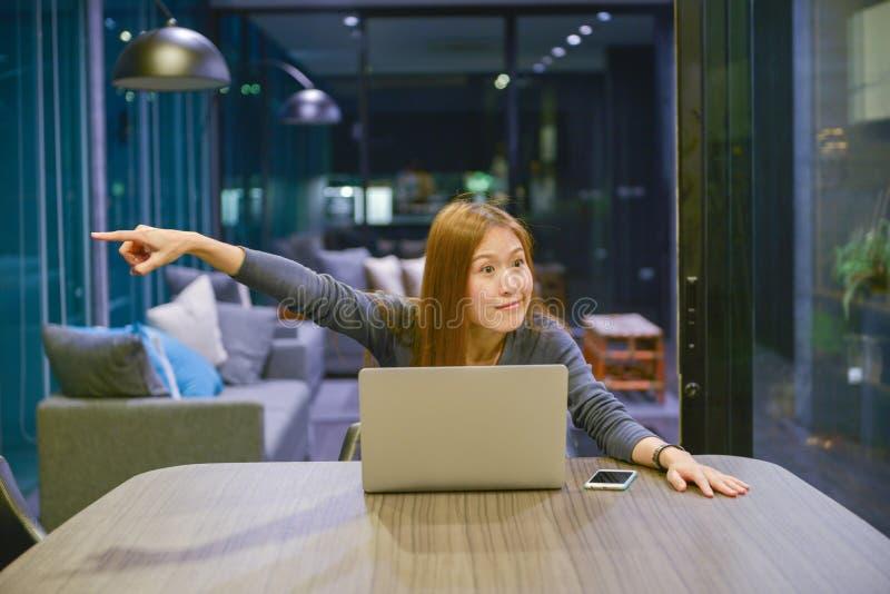 De Aziatische bedrijfsvrouw verdrijft haar collega, in vergaderzaal stock afbeelding