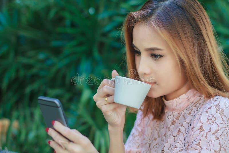De Aziatische bedrijfsvrouw werkt mobiel gebruiken en aanrakings slimme pho royalty-vrije stock fotografie