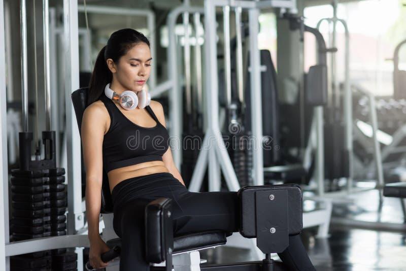 De Aziatische benen van de vrouwenoefening in gymnastiek royalty-vrije stock afbeeldingen