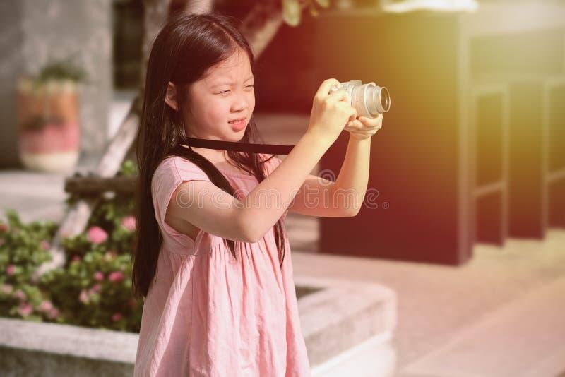 De Aziatische Camera die van de Kindholding Foto nemen royalty-vrije stock foto's