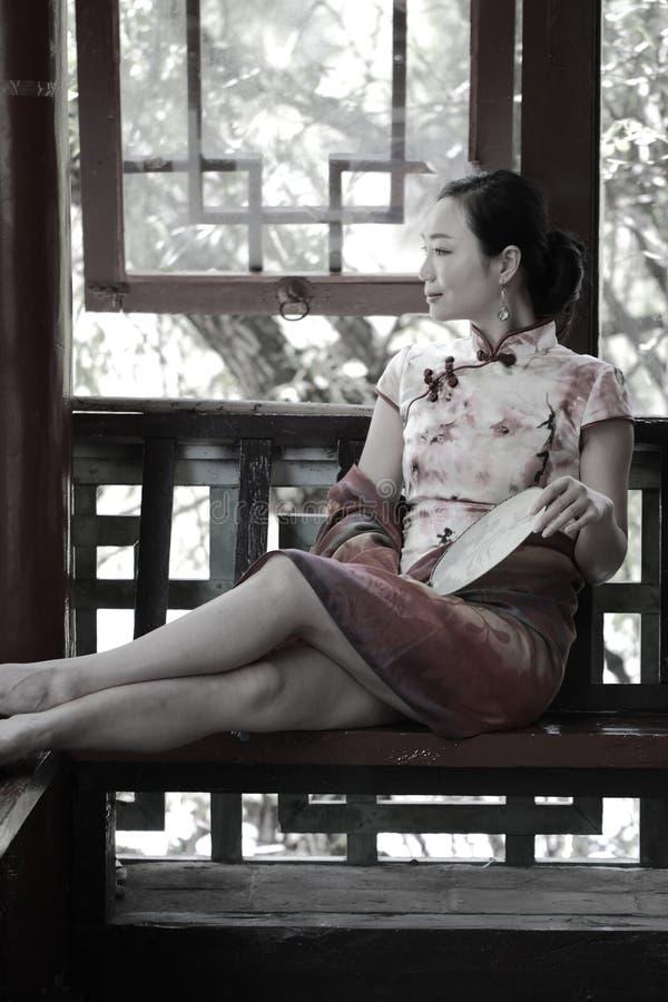 De Aziatische Chinese meisjes draagt cheongsam genieten van vakantie in lijiang oude stad royalty-vrije stock fotografie