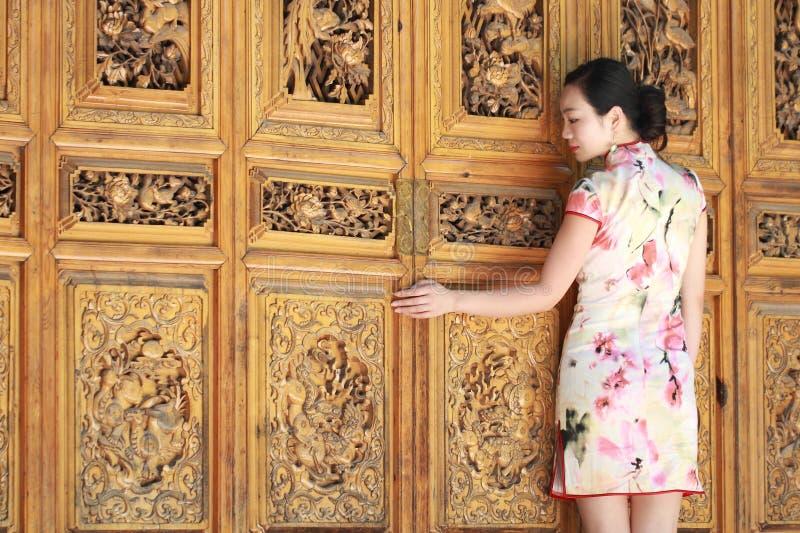 De Aziatische Chinese meisjes draagt cheongsam genieten van vrije tijd in oude stad royalty-vrije stock fotografie