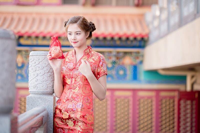 De Aziatische Chinese vrouw in de Traditionele Chinese Zak van de greepgift royalty-vrije stock afbeeldingen