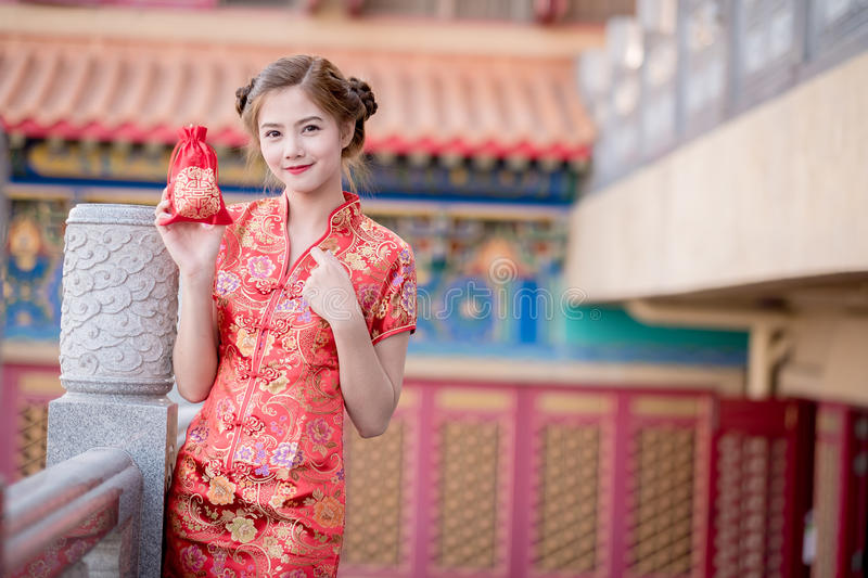 De Aziatische Chinese vrouw in de Traditionele Chinese Zak van de greepgift stock foto's