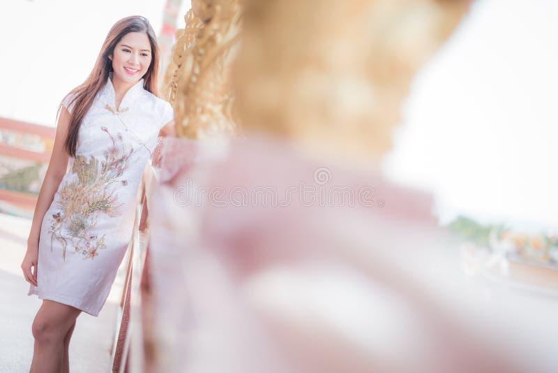 De Aziatische Chinese vrouw in Traditionele Chinees royalty-vrije stock afbeelding