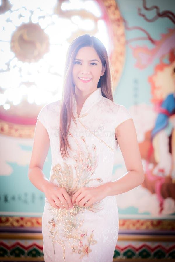 De Aziatische Chinese vrouw in Traditionele Chinees royalty-vrije stock foto
