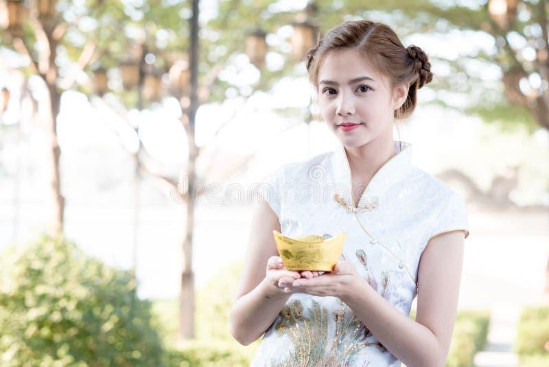 De Aziatische Chinese vrouw in Traditionele Chinees houdt Chinese mon stock foto