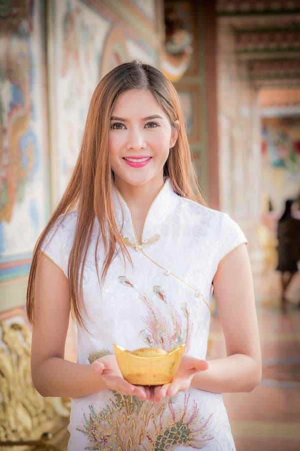 De Aziatische Chinese vrouw in Traditionele Chinees houdt Chinese mon stock afbeelding