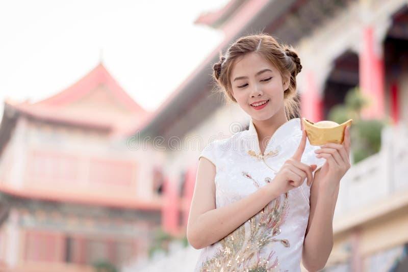 De Aziatische Chinese vrouw in Traditionele Chinees houdt Chinese mon royalty-vrije stock afbeeldingen