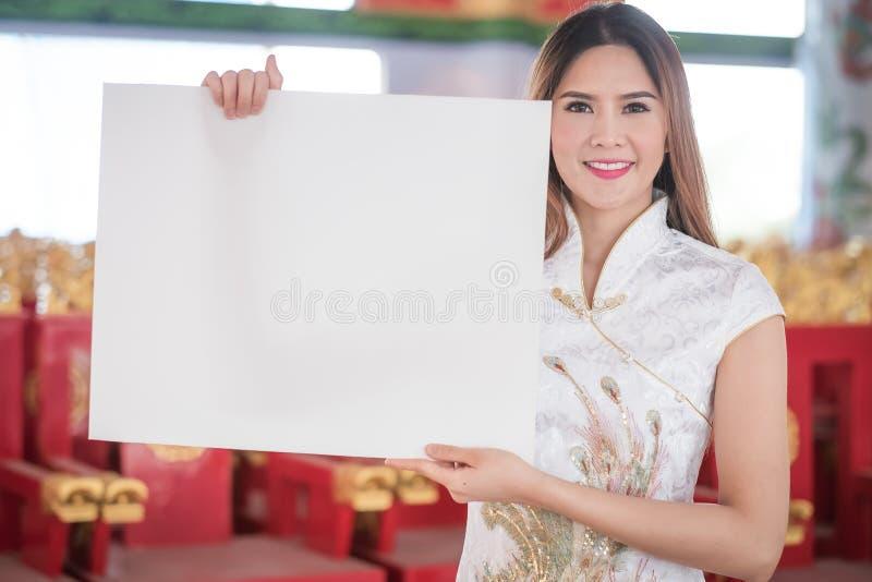 De Aziatische Chinese vrouw in Traditionele Chinees houdt lege spatie royalty-vrije stock afbeelding