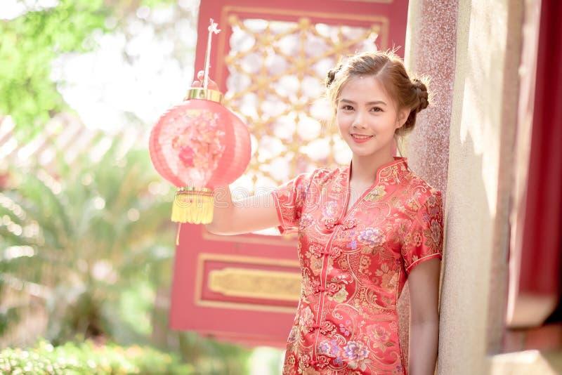 De Aziatische Chinese vrouw in Traditionele Chinees houdt rood document stock foto