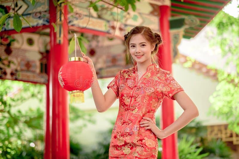 De Aziatische Chinese vrouw in Traditionele Chinees houdt rood document stock afbeeldingen