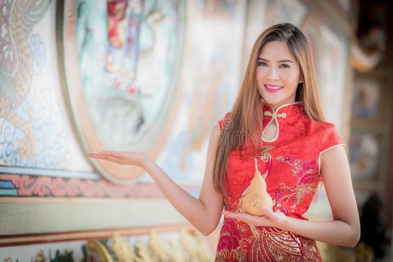 De Aziatische Chinese vrouw in Traditionele Chinese greepkalebasboom stock foto's