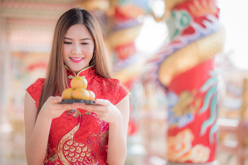 De Aziatische Chinese vrouw in Traditionele Chinese holdings oranje pa stock afbeelding