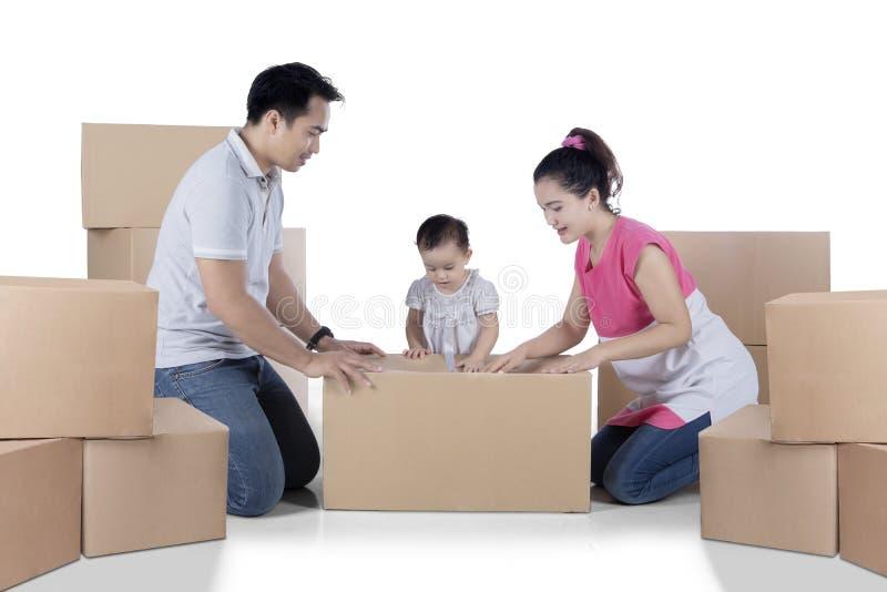 De Aziatische familie pakt karton op studio in royalty-vrije stock foto