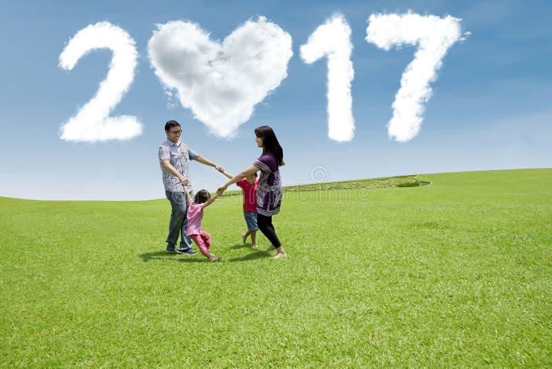 De Aziatische familie viert nieuw jaar 2017 stock fotografie