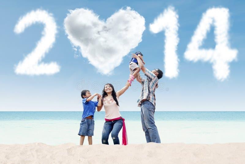 De Aziatische familie viert nieuw jaar bij strand royalty-vrije stock afbeelding