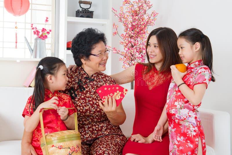 De Aziatische familie viert thuis Chinees nieuw jaar. royalty-vrije stock afbeelding