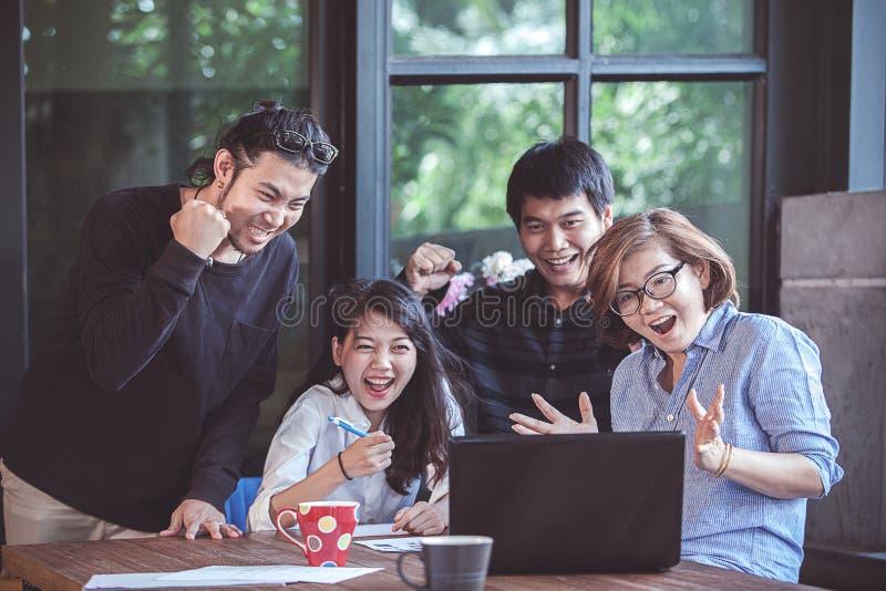 De Aziatische freelance emotie die van het groepswerkgeluk aan laptop Com kijken royalty-vrije stock foto