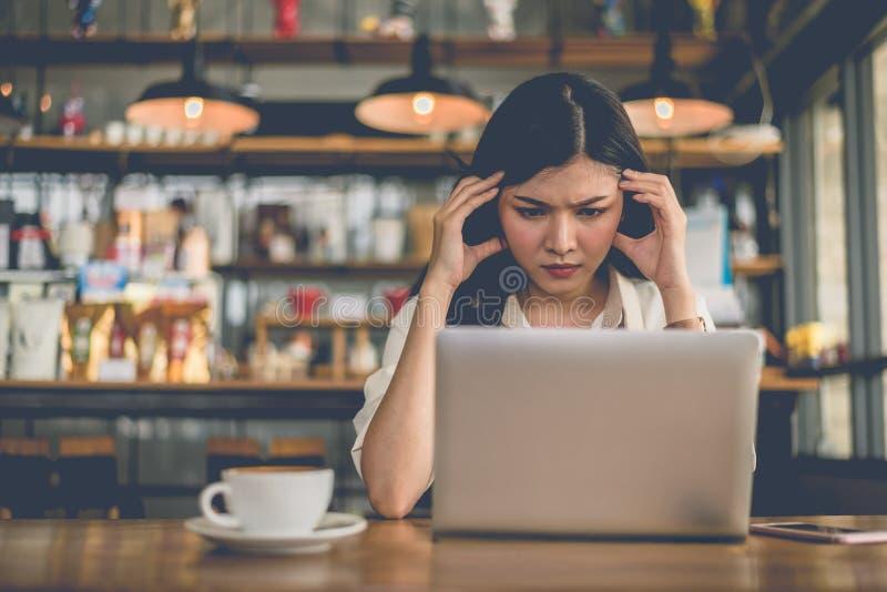 De Aziatische freelance vrouw heeft druk wanneer vorige dag van definitieve uiterste termijn beklemtoond om taak naar haar werkge stock fotografie