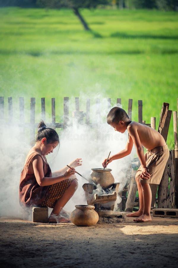 De Aziatische het kinderenjongen en meisje koken in de Keuken van Co stock afbeelding