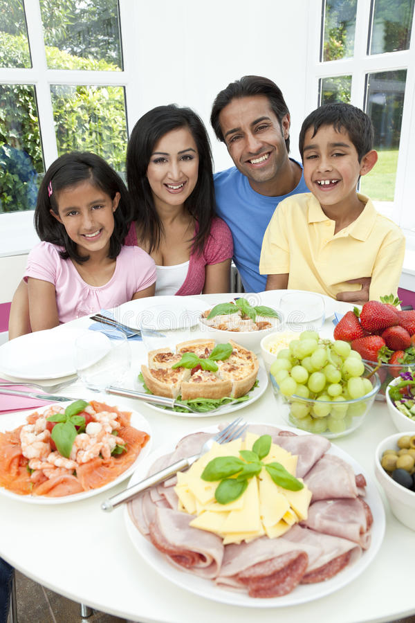 De Aziatische Indische Familie die van de Kinderen van Ouders Maaltijd eet royalty-vrije stock foto