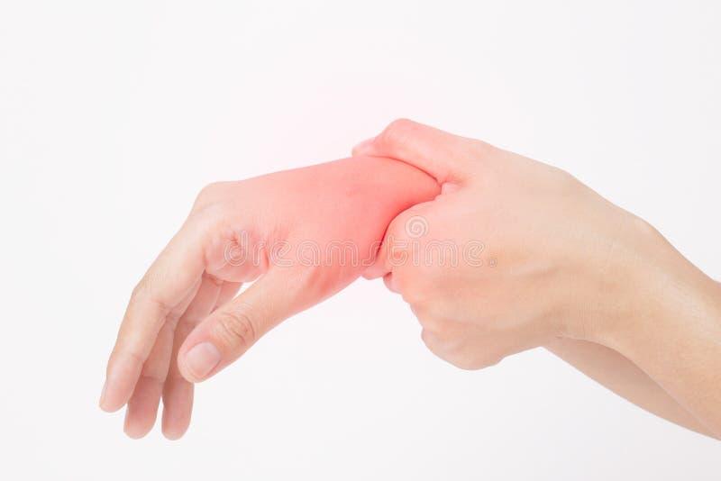 De Aziatische jonge vrouw die haar hand, pijn, artritisconcept houden, isoleert op witte achtergrond stock fotografie