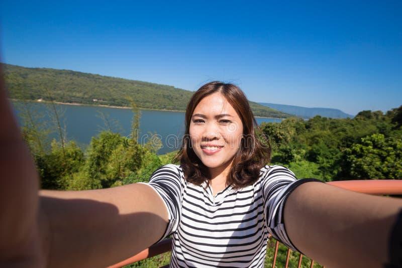 De Aziatische jonge vrouwelijke toerist maakt selfie royalty-vrije stock fotografie