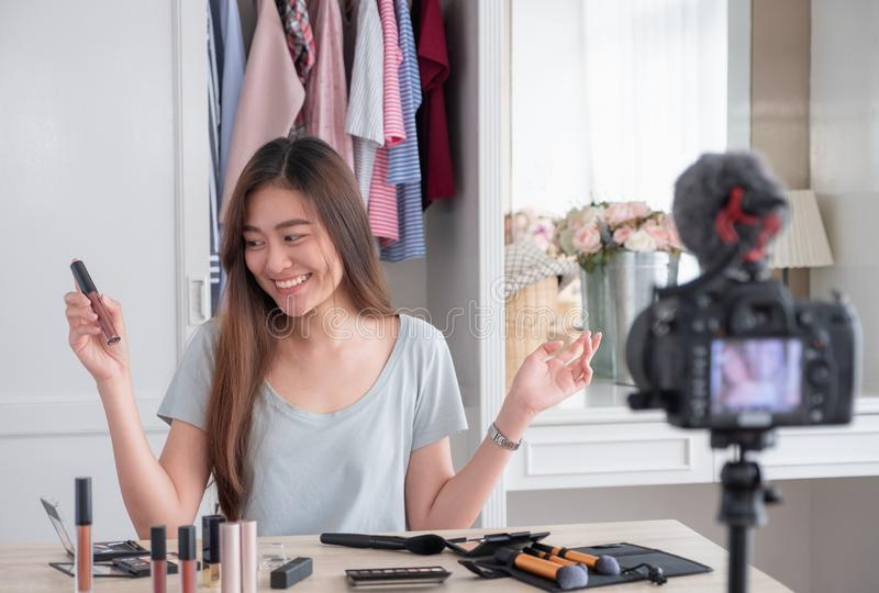 De Aziatische jonge vrouwelijke video van de bloggeropname vlog met make-up kosmetische thuis online influencer op sociaal media  royalty-vrije stock afbeeldingen