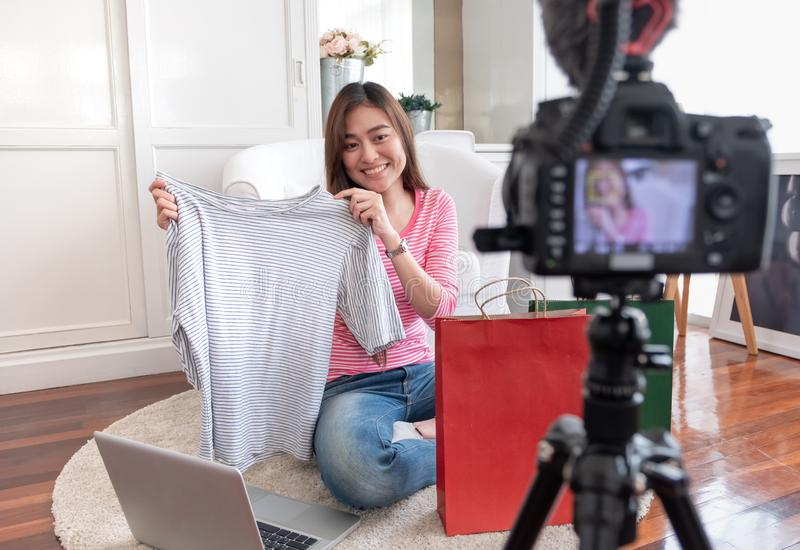De Aziatische jonge vrouwelijke video van de bloggeropname vlog met de T-shirt thuis online influencer van overzichtsdoeken op so royalty-vrije stock afbeelding