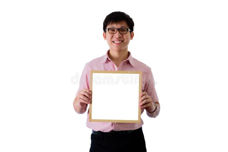 De Aziatische jonge zakenman heeft de status van en het houden van de lege witte het schermraad met gelukkig op ge?soleerd op wih stock fotografie