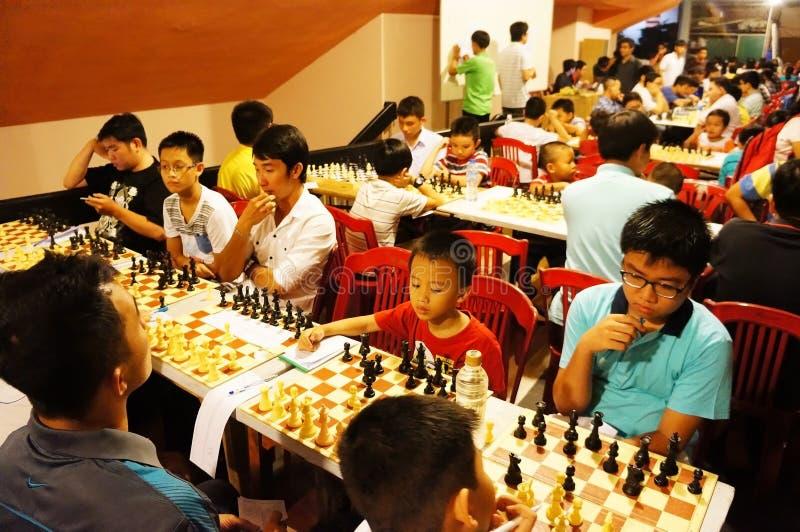 De Aziatische kinderen, schaak concurreren, intelligentiesport stock foto