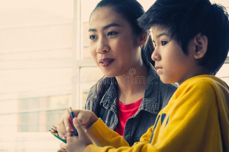 De Aziatische kinderen van het Leraarsonderwijs in kleuterschoolklaslokaal royalty-vrije stock afbeeldingen