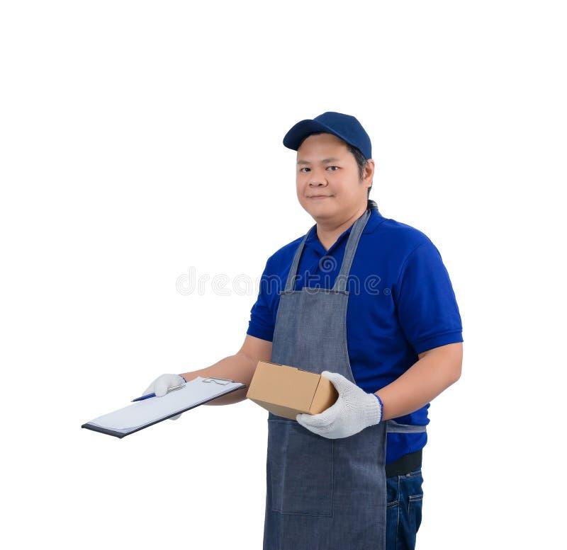 De Aziatische leveringsmens in blauw overhemd met schort werken en de beschermende handschoenen die overhandigen holding pakket e royalty-vrije stock afbeelding
