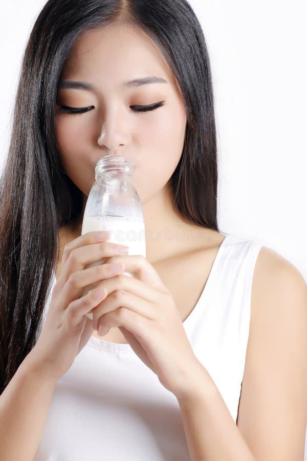 De Aziatische meisjes drinken melk stock afbeelding