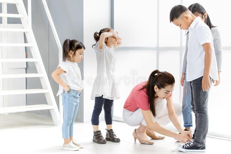 De de Aziatische meisjes en jongen van het leraarsspel wat acteren royalty-vrije stock foto