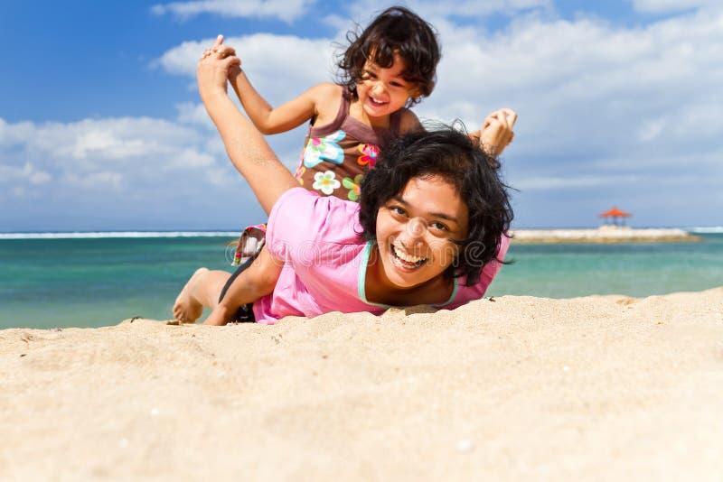 De Aziatische moeder en kindpret speelt bij het strand royalty-vrije stock foto