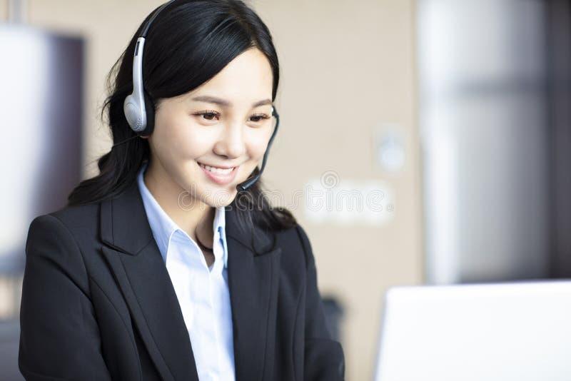 De Aziatische mooie vertegenwoordiger van de klantendienst stock fotografie