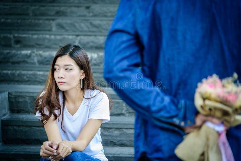 De Aziatische mooie vrouw heeft het kijken en het wachten op woord van droevig royalty-vrije stock fotografie