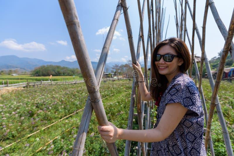 De Aziatische mooie vrouw heeft het ontspannen en geluk met vakantie in Nan-provincie, Thailand royalty-vrije stock afbeelding