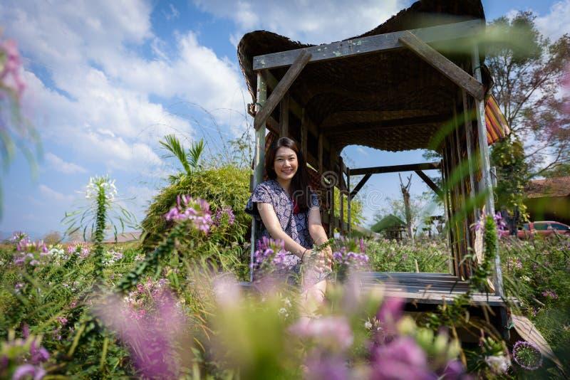 De Aziatische mooie vrouw heeft het ontspannen en geluk met vakantie in Nan-provincie, Thailand royalty-vrije stock afbeeldingen
