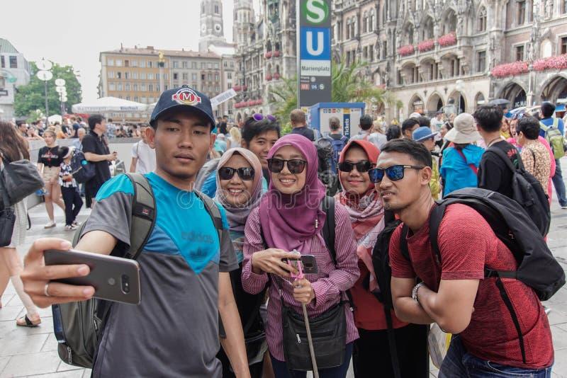 De Aziatische Moslimtoerist stelt bij voetganger in München royalty-vrije stock fotografie