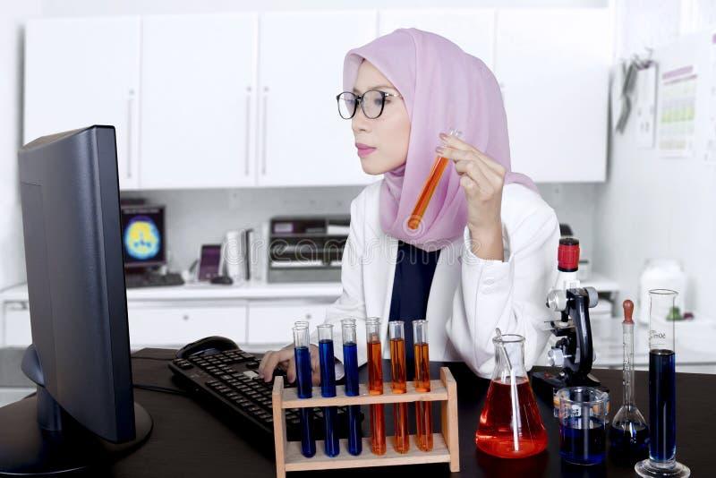 De Aziatische moslimwetenschapperwerken in het laboratorium royalty-vrije stock foto
