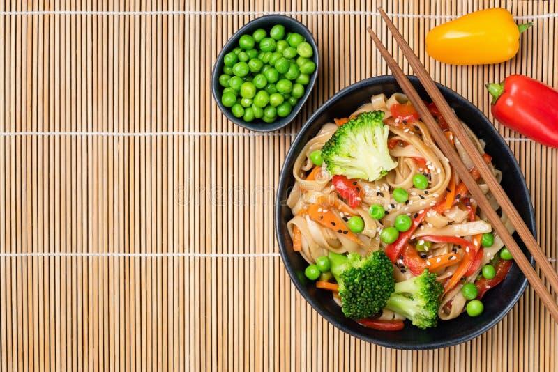 De Aziatische noedel beweegt gebraden gerecht met groenten en bonen stock foto's
