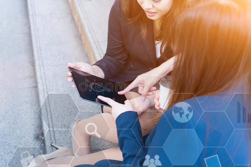 De Aziatische onderneemsters werkt aan laptop met collega en groepswerk royalty-vrije stock afbeelding
